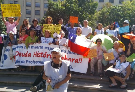 Se inician manifestaciones por pago de Deuda Histórica en La Moneda
