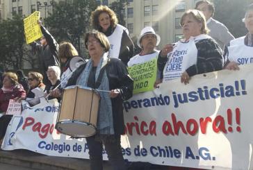 Jorge Baradit entrega apoyo a luchadoras por el pago de la Deuda Histórica frente a La Moneda
