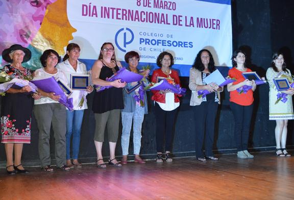 En masivo acto por Día de la Mujer Profesora, es premiada abogada de DD.HH Carmen Hertz