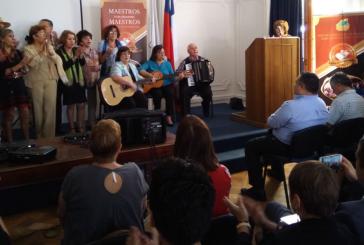 Celebración aniversario conjunto folklórico y homenaje a profesor Gustavo Méndez
