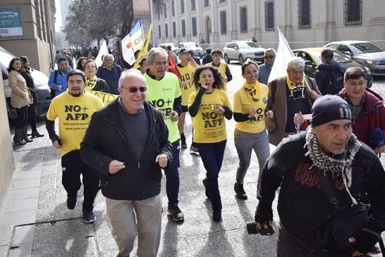 Exitosa corrida contra las AFP suma a personalidades y movimientos sociales