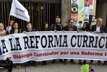 Organizaciones sociales y académicas protestaron entregando carta en el Ministerio de Educación por cambio curricular